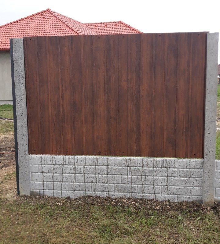 Trapézlemez kerítés 50cm betonlábazattal és beton oszlopokkal