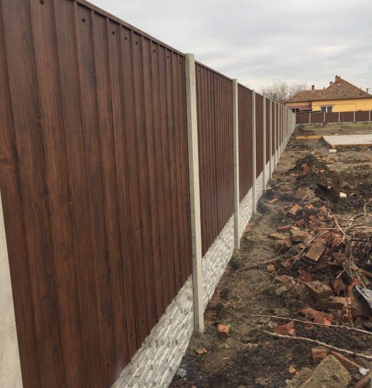 Hódmezővásárhely Diómintás T8 Trapézlemez kerítés Törtkő (standard) Lábazattal, 10cm sűlyesztéssel