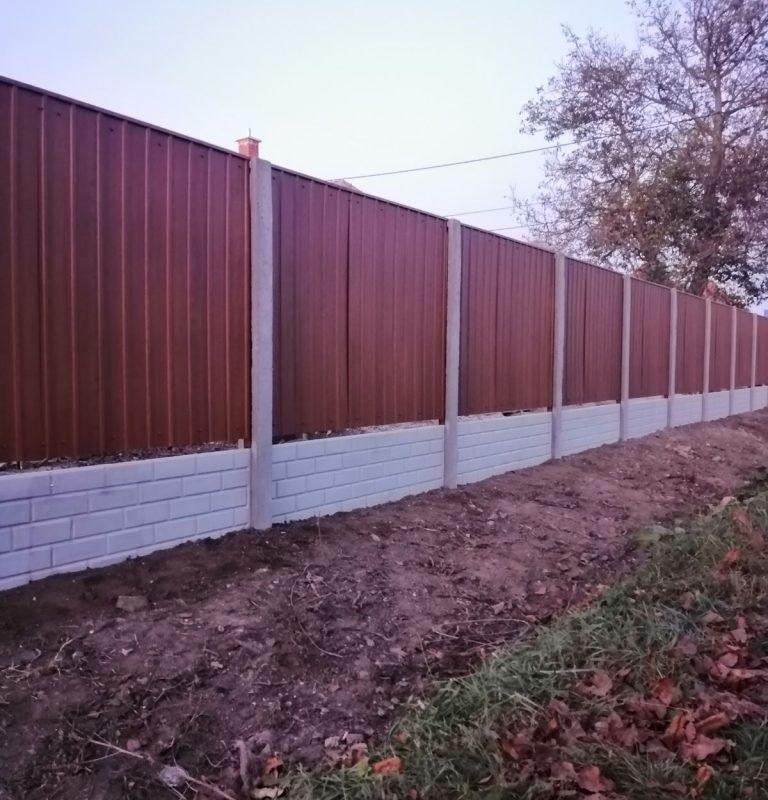 Rábapatona T8 Trapézlemez kerítés, 50cm Tégla (standard) lábazattal