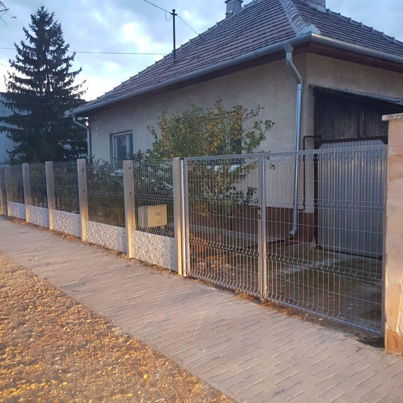 Vecsés betonoszlopos 3D kerítés, 50cm Törtkő (standard) lábazattal